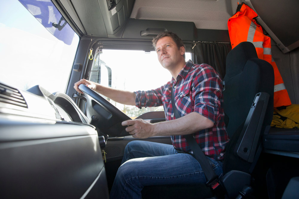 Kierowca TIR-a podczas pracy - e-tollgps.pl