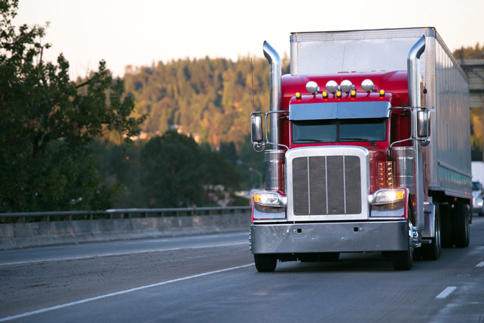 Duża ciężarówka na autostradzie – transport drogowy - e-tollgps.pl